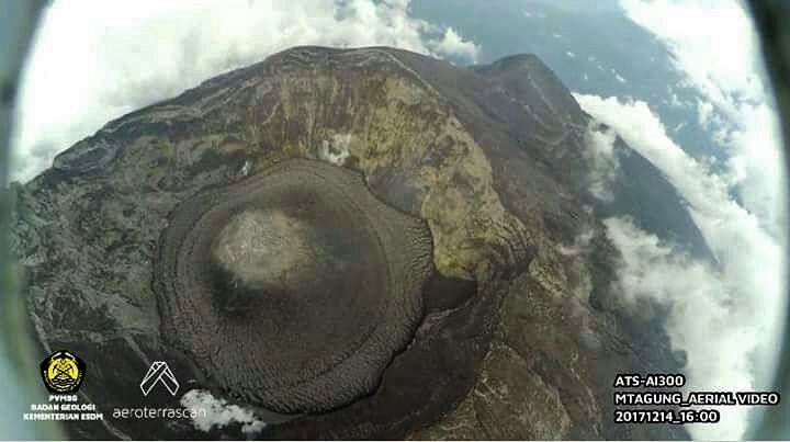 Agung - flying over the crater by a drone 14.12.2017 / 16h WiTA - from video PVMBG
