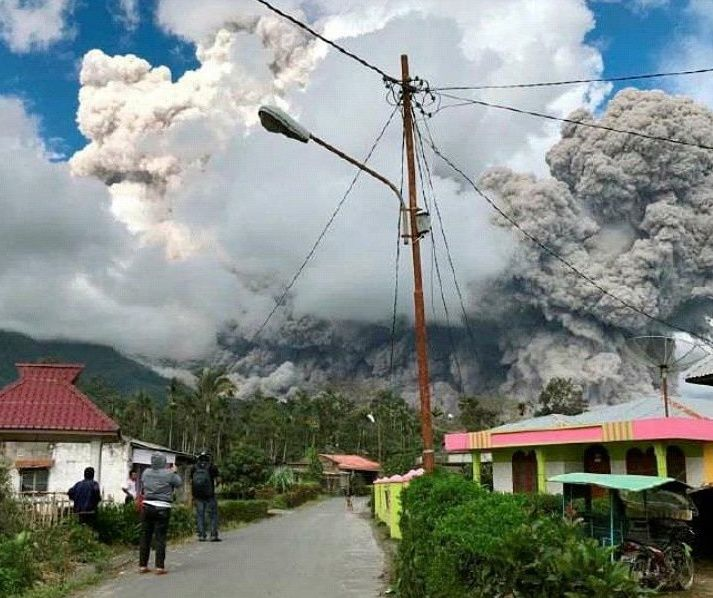 Sinabung - eruption and pyroclastic flows of 27.12.2017 - photo Iwan Kamah