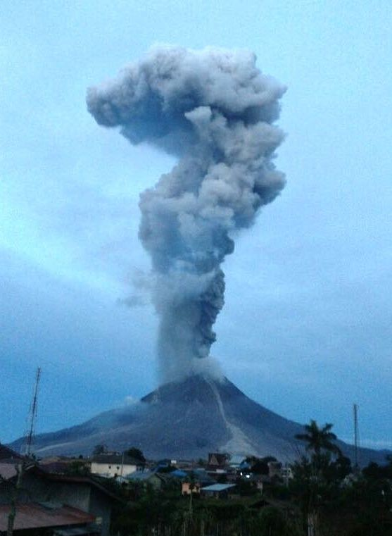 Sinabung - eruptive plume of 29.12.2017 / 6h11 WIB with fine ash rain on the eastern side - photo BNPB