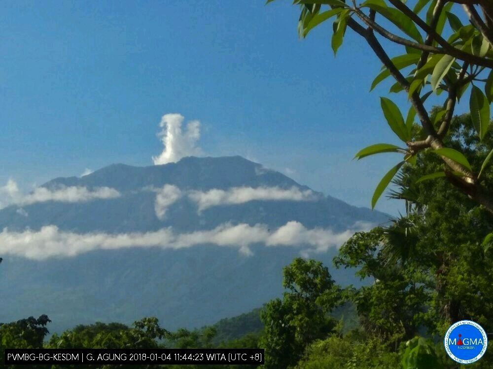 Agung - small plume of steam and gas this 04.01.2018 / 11:44 WIB - photo PVMBG / Magma Indonesia