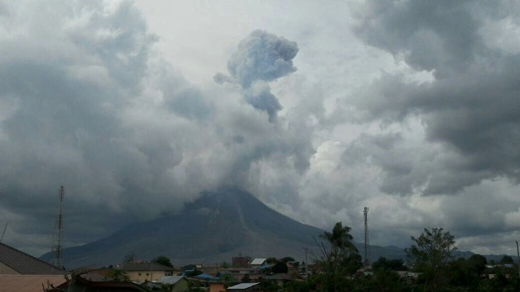 Sinabung - 05.01.2018 / respectively at 6:35 and 2:10 pm. - doc. BNPB