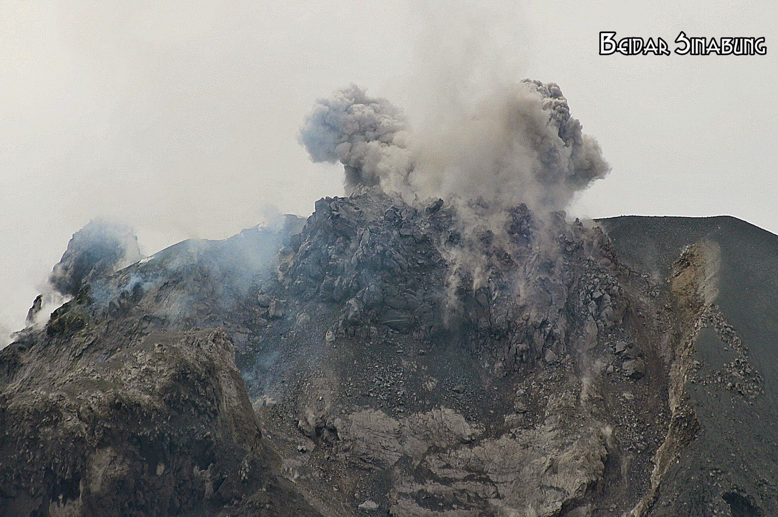 Sinabung - multiple ashventings and dome - photo Firdaus surbakti via Beidar Sinabung