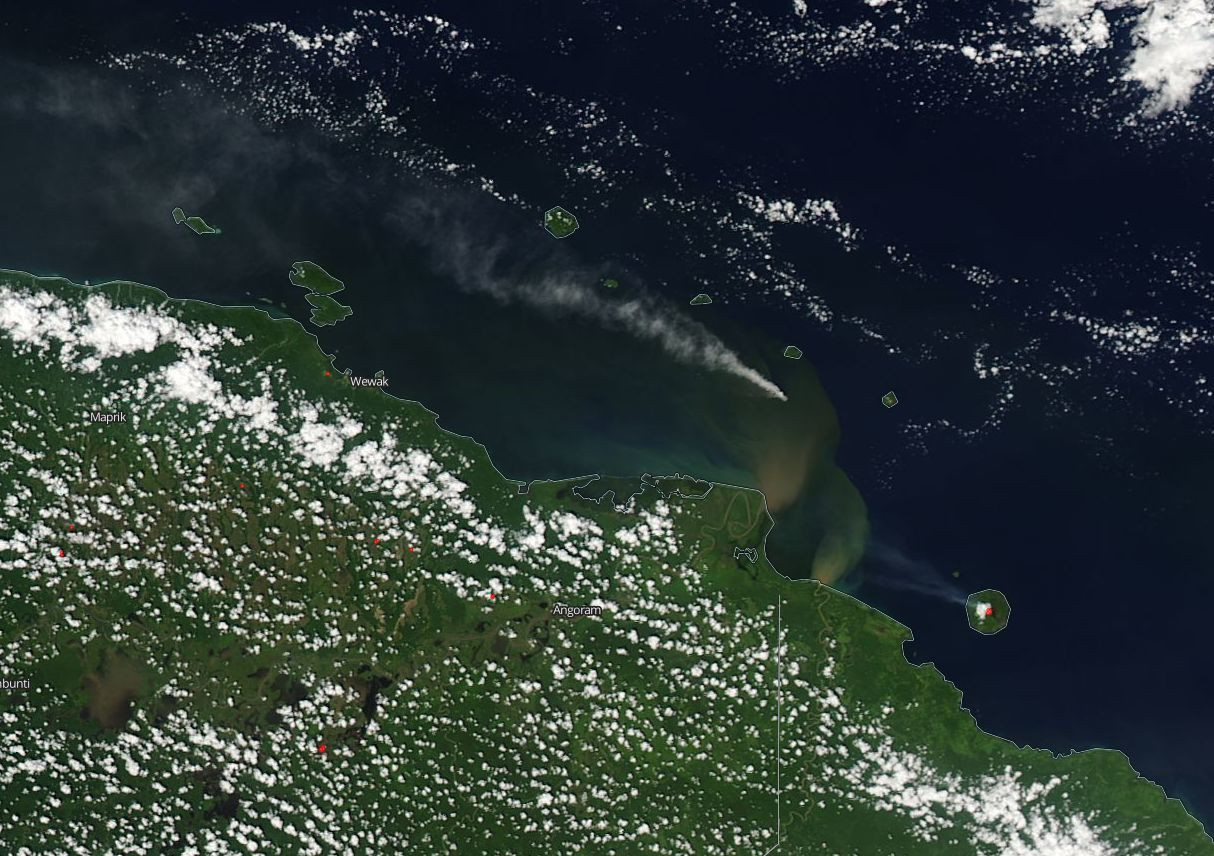 Papua New Guinea: the volcanic plumes of Kadovar (center) and Manam (right) and the trace of sediments released by the Sepik and Ramu rivers in the Bismarck Sea - image Nasa Aqua Modis 07.01.2018 / via Simon Carn