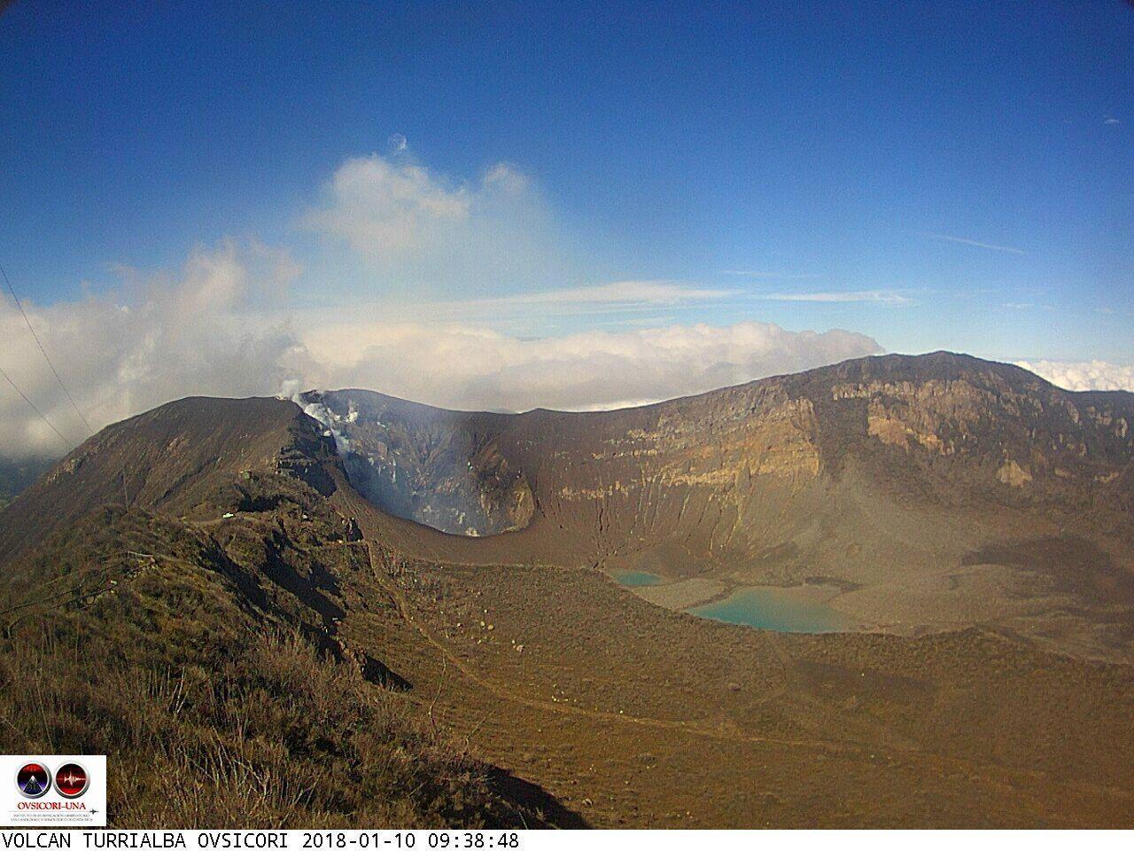 Turrialba - émissions passives de cendres le 08.01.2018 / 13h39, et dégazage passif le 10.01.2018 / 9h38, qui laisse voir les parois internes du cratère - photos webcam Ovsicori