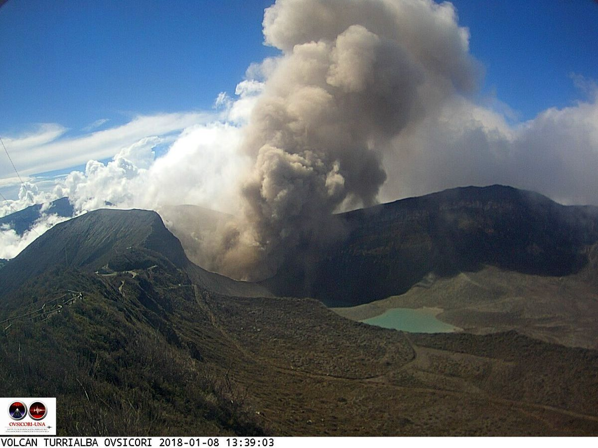 Turrialba - passive emissions of ash on 08.01.2018 / 13h39, and passive degassing on 10.01.2018 / 9:38, which reveals the internal walls of the crater - Ovsicori webcam photos
