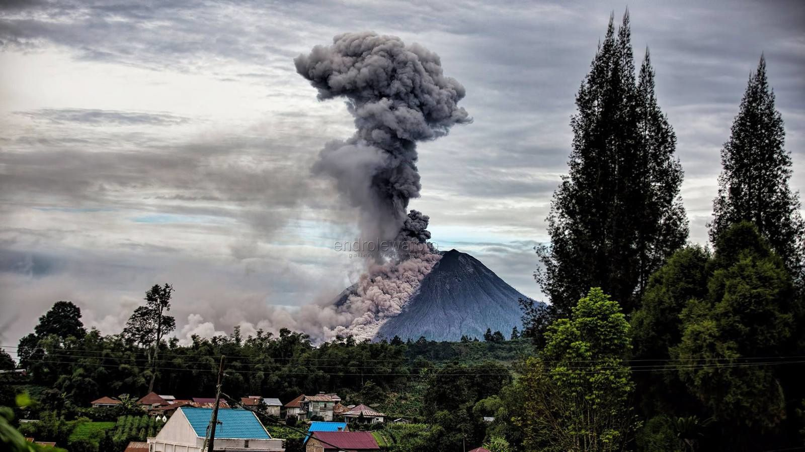 Sinabung - eruptive plume and pyroclastic flows on 12.01.2018 / at 8:22 and 8:35 WIB - photos Endro Lewa
