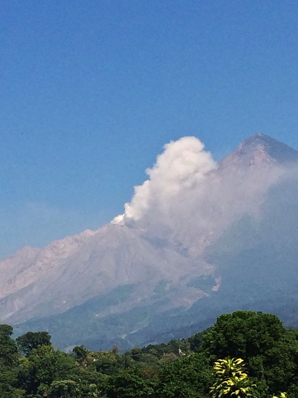Santiaguito - white plume degassing at 2900m asl dir SE 14.01.2018 - photo Conred