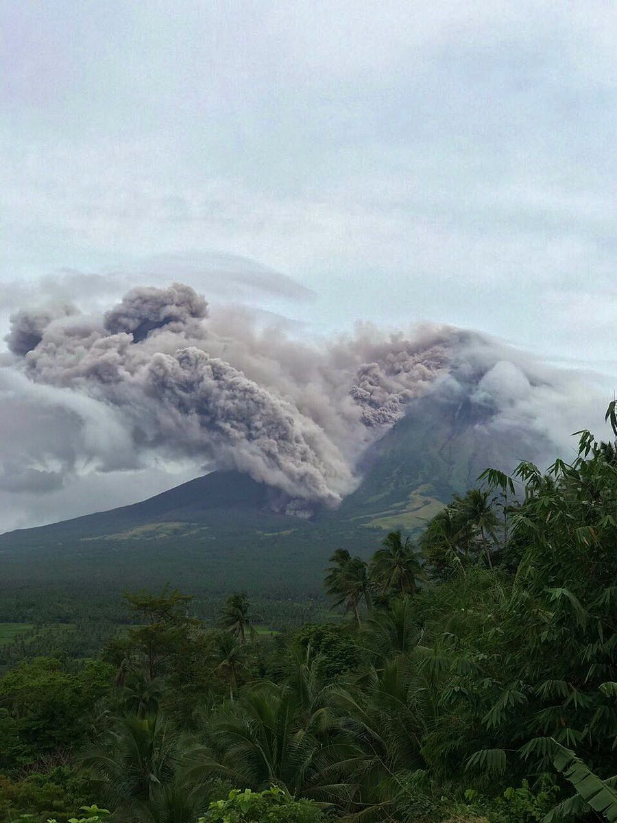 Mayon - 16.01.2018 - Pyroclastic flow seen from the observatory of Lignon Hill - photo Phivolcs-Dost