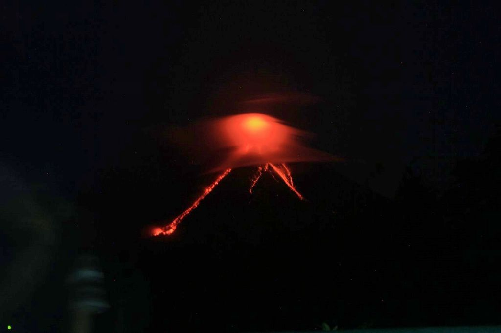 Agung - 15.01.2018 / 19h47 - Lava flow and falling rocks - photo Phivolcs