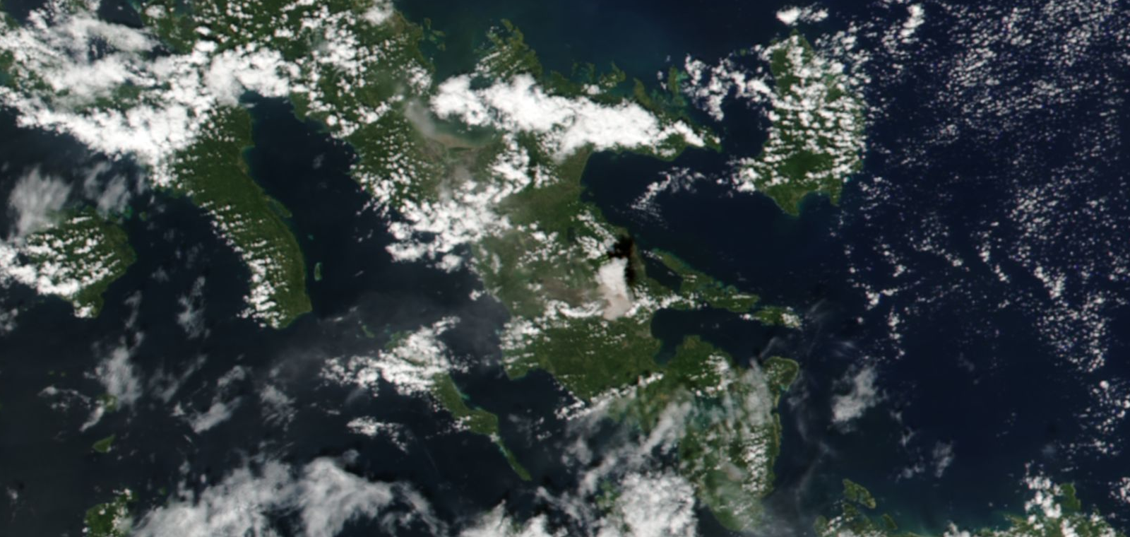 Mayon - 22.01.2018 - steam plume and identiac-shaped shadow, in the center of the image taken by Suomi NPP satellite / via Nasa Worldview - one click to enlarge