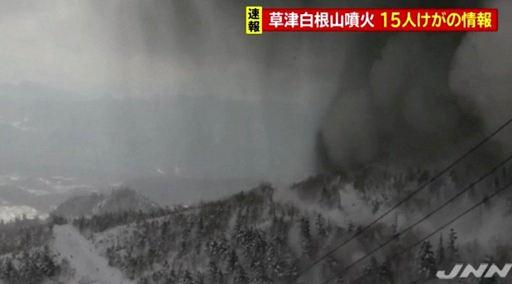 Kusatsu - ash emitted by the volcano on 23.01.2018 - JNN image via video Nippon.com / Twitter