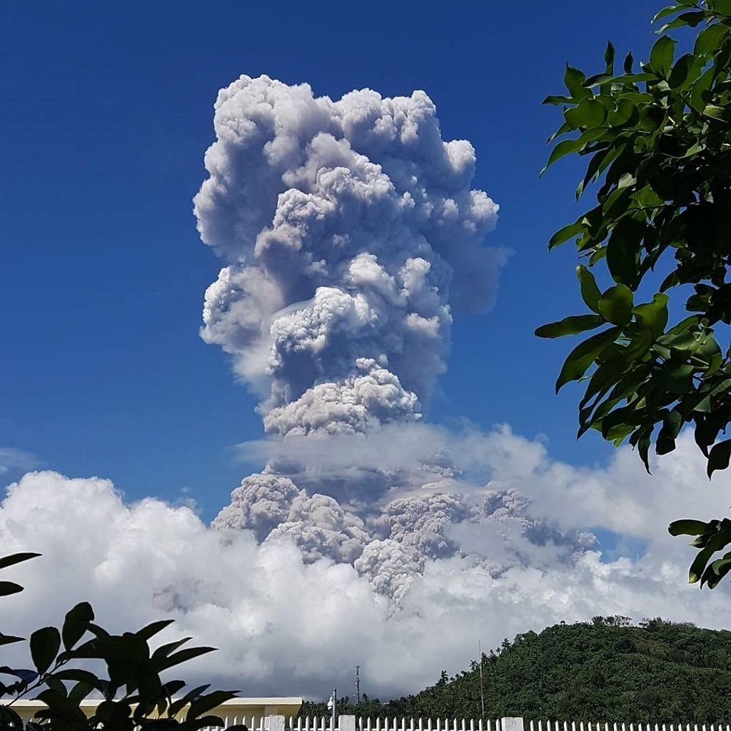 Mayon- the plume of the phreatomagmatic eruption of 22.01.2018 / 12:45 - pHieL's Photos.