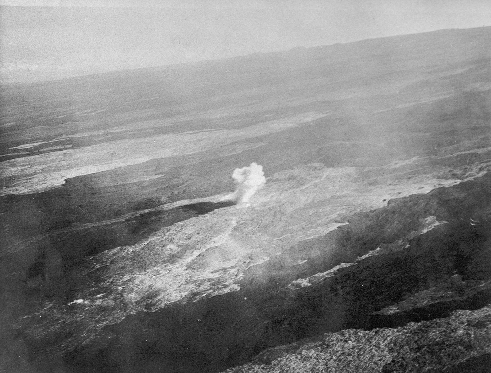 Détonation d'une bombe au Mauno Loa lors du bombardement de la source de la coulée de lave le 27 décembre 1935 (située à une hauteur de 2.590 m) - Photo by Army Air Corps, 11th Photo Section. PC: USGS