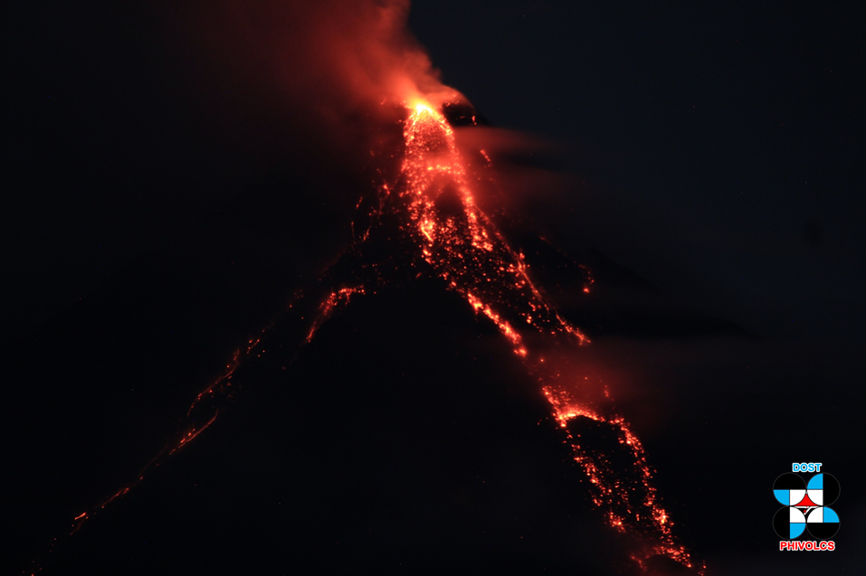 Mayon - Lava Flow and Blocks in Bonga Drainage 26.01.2018 at 20:09 PST - Phivolcs photos from the observatory.