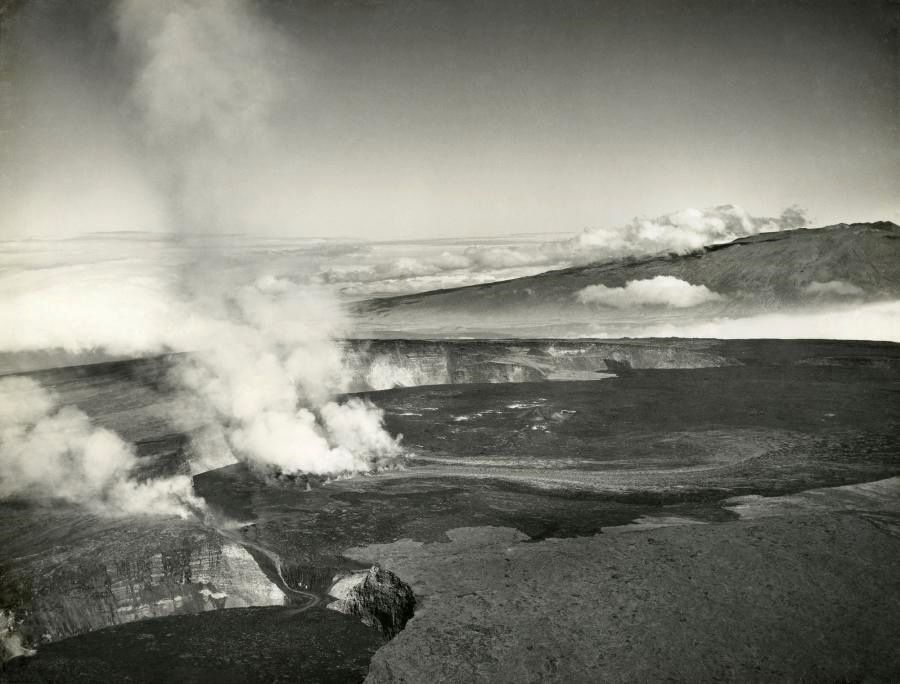 Fissural eruption (1933) in the Moku'āweoweo crater at the top of Mauna Loa, illustrating the eruptive site - Doc. USGS / Naval Air Service