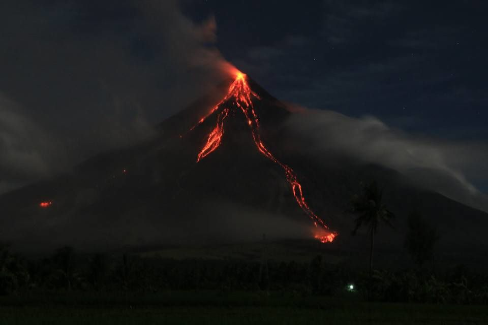 Mayon - 01.02.2018 / 22h30 loc. - lava flows in the Miisi and Bonga drainages - Arnolf Lorcha's Photo