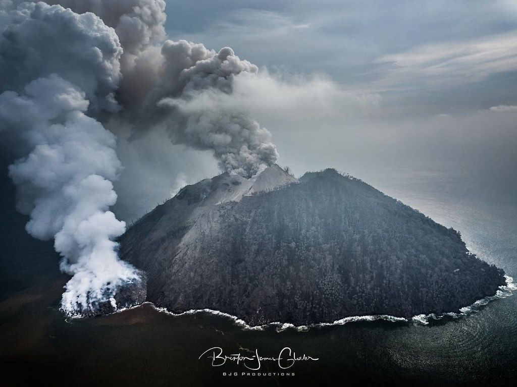 Kadovar, its plumes and lava dome - photo 01.02.2018 via BJG productions / Twitter
