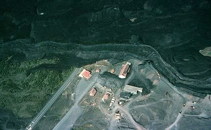 The lava flow and the Sapienza barrier, the 31.05.1983 - the aerial view of the flow along the Sapienza barrier on 01.06.1983 - photo J.Lockwood USGS