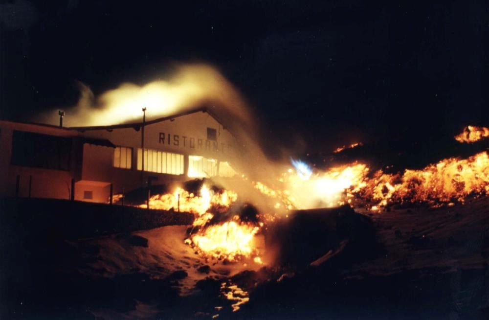 In the early days of the 1983 eruption, the lava flows reaching the tourist complex around the Rifugio Sapienza and destroy the Casa Cantoniera restaurant - photo 28.03.1983 / courtesy of Pippo Scarpinati.