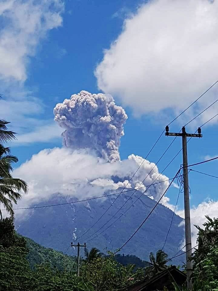 Agung - eruptive plume rising to 1,500 m in height on 13.02.2018 / 11:49 AM WITA - photo Devay Natamanggala