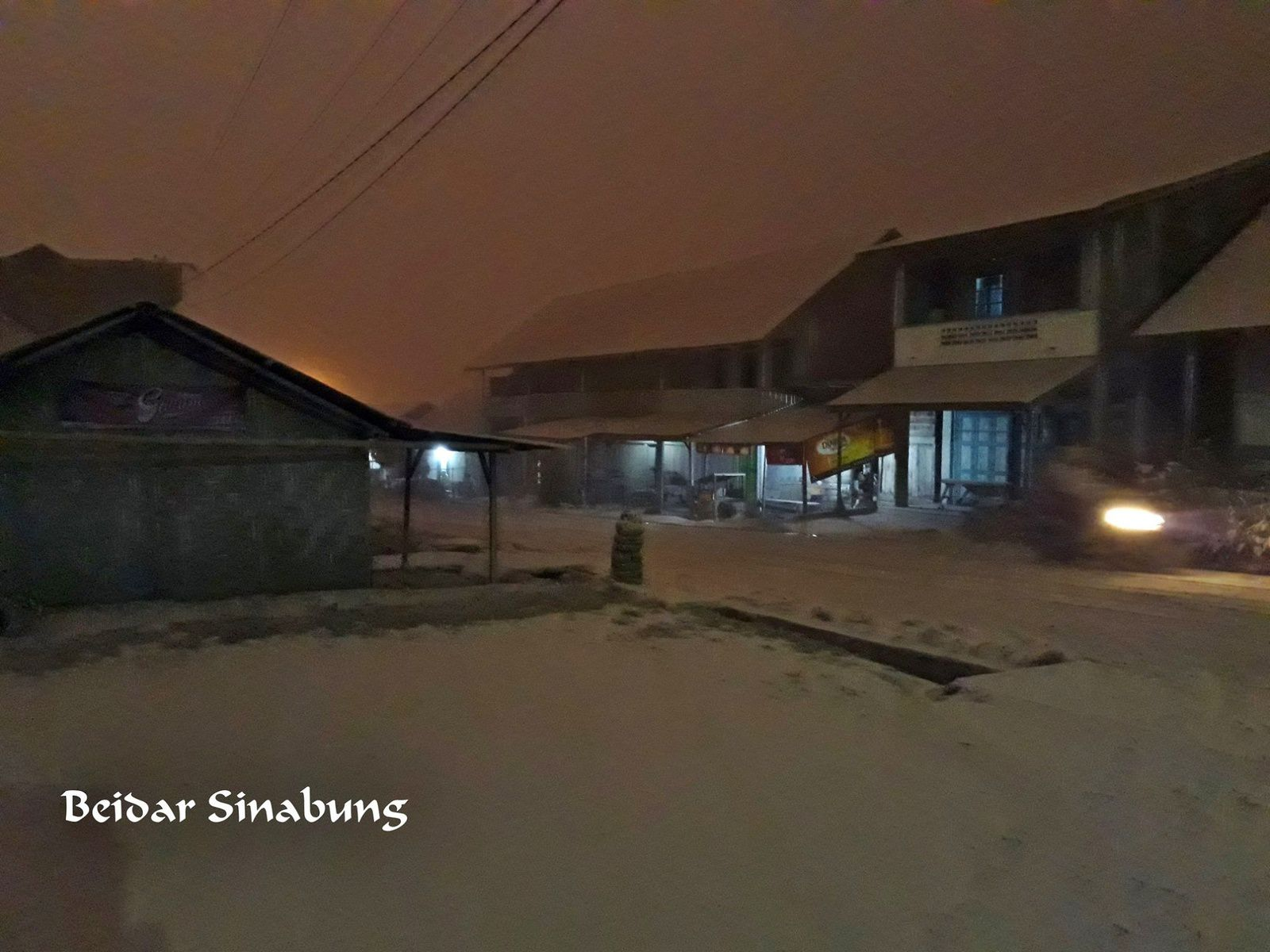 Sinabung - eruption of 19.02.2018  -  ashes of the eruption have invaded the surroundings for two hours - photo Firdaus surbakti / Beidar sinabung