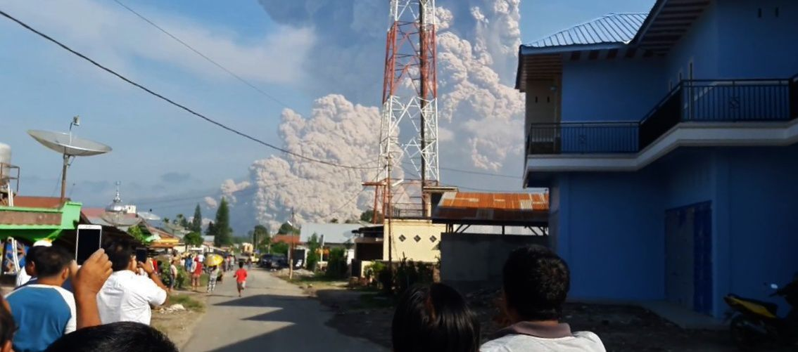 Sinabung - eruption of 19.02.2018 / 8:53 - eruptive plume and pyroclastic flow - from a Youtube video