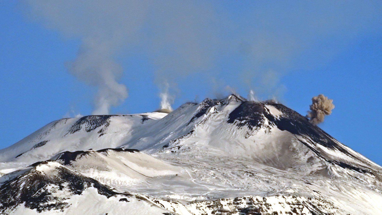 Etna - 17.02.2018 / 09h00 - émission de cendres - photo Boris Behncke