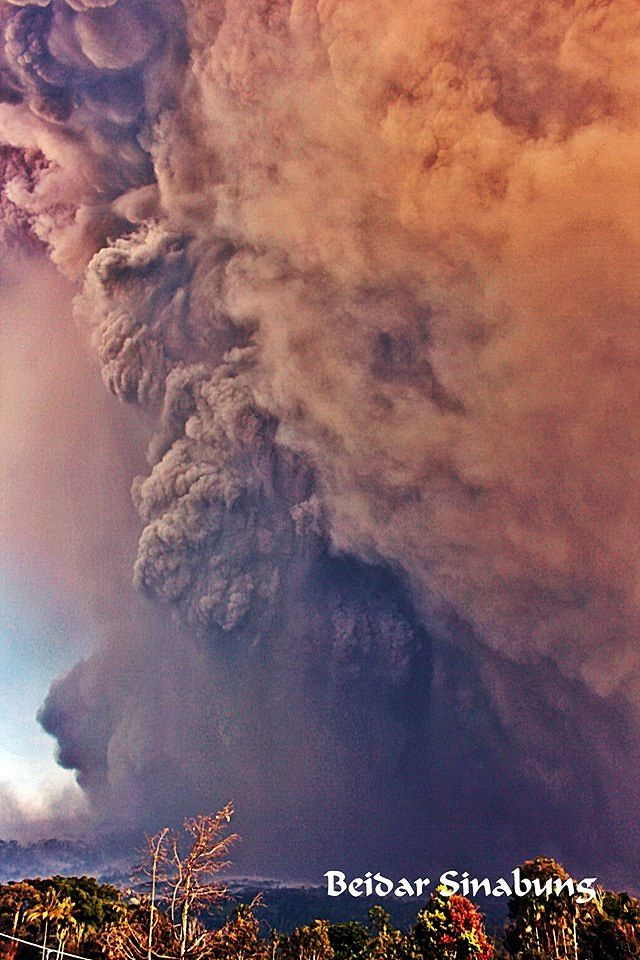 Sinabung - eruption of 19.02.2018 / 8:54 - Coulée pyroclastique et panache de cendres - photo Firdaus surbakti / Beidar sinabung