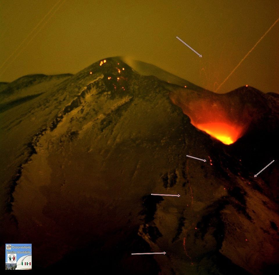 . Etna - incandescence et projection de matériaux incandescents (flèches)  - photo  B.Morabito 16.02.2018 / 20h