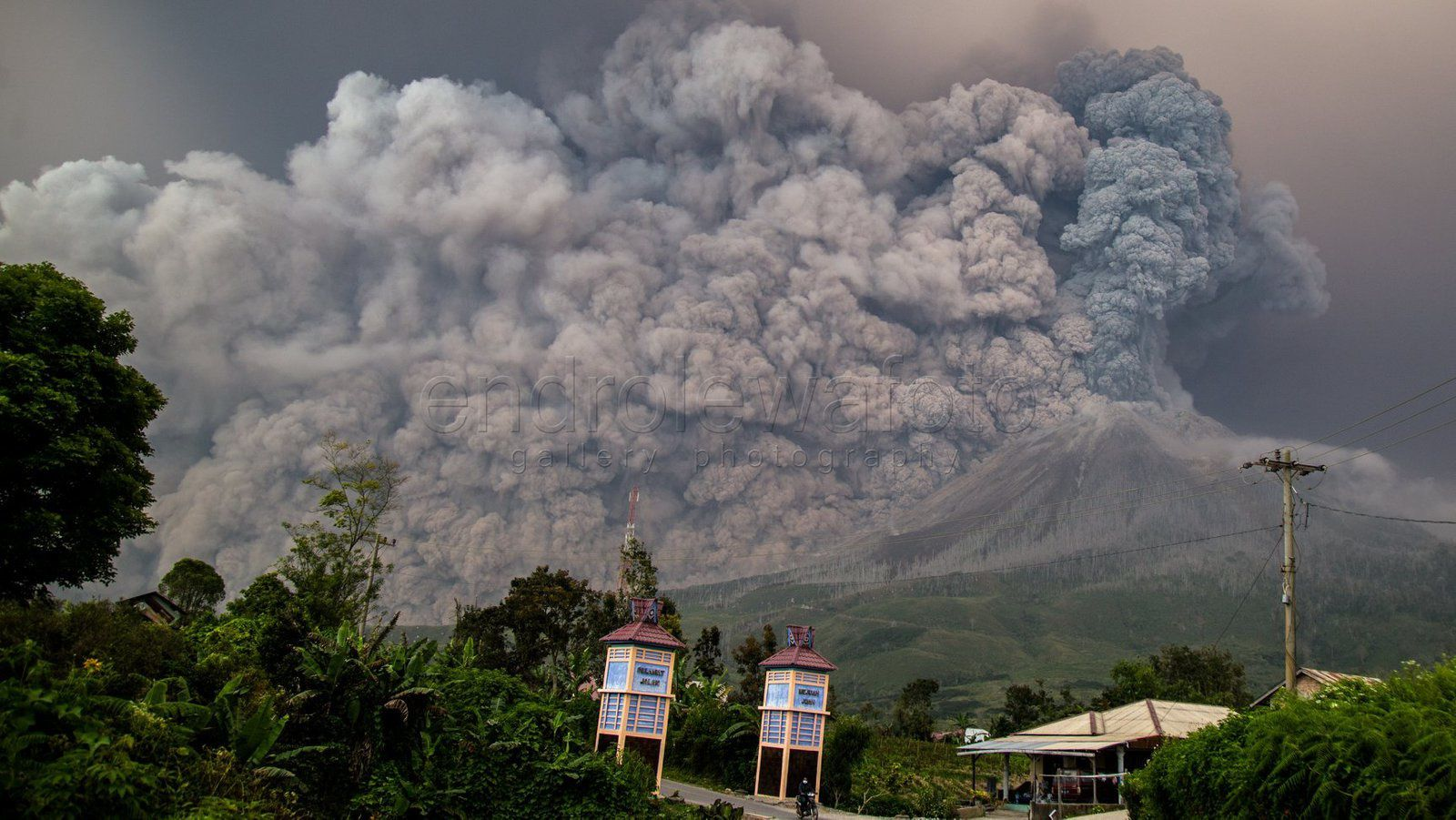 Sinabung - 19.02.2018 - Pyroclastic flows obscure the sky - Photo Endro Lewa
