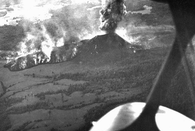 Survol du Paricutin le 05.03.1943 - Quittzocho lava flow - photo E.Ordonez U.N.National archives.