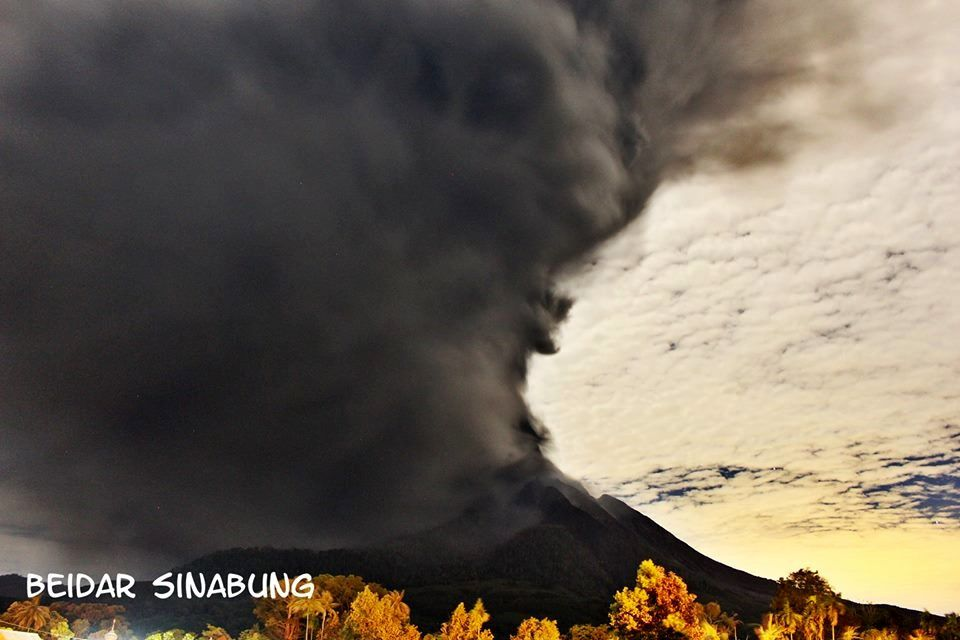Sinabung - 25.02.2018 / vers 20h30 loc. - dispersion des cendres de l'éruption - photo Firdaus Surbakti / via Beidar Sinabung
