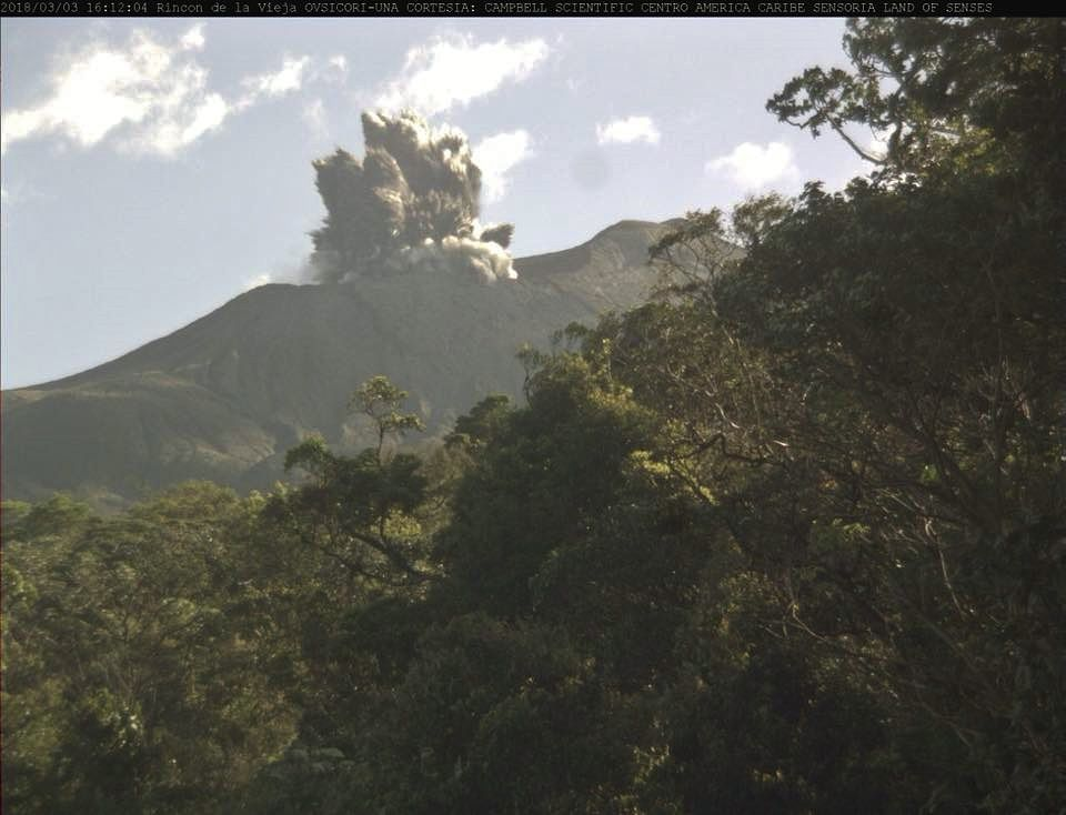 Rincon de la Vieja - eruption and cypressoid plume from 03.03.2018 / 16h12 - Ovsicori webcam from Sensoria
