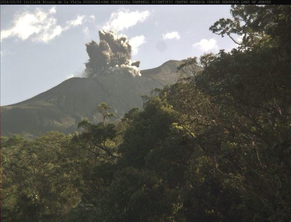 Rincon de La Vieja - éruption et panache cypressoïde du 03.03.2018 / 16h12 - webcam Ovsicori de Sensoria