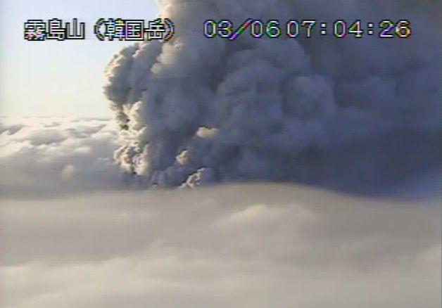 Shinmoedake - activité du 06.03.2018 , respectivement à 1h54 et 7h04 - webcams JMA