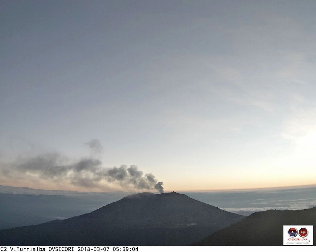 Turrialba - 07.03.2018 / 5:39, seen from the Irazu - webcam Ovsicori