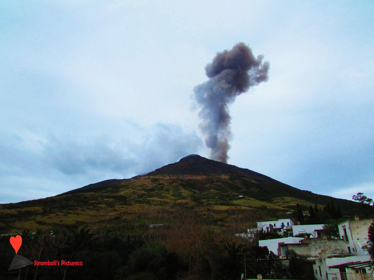 Stromboli - plume of the explosion of 07.03.2018 / 13h38 loc. - photo Stromboli's pictures.