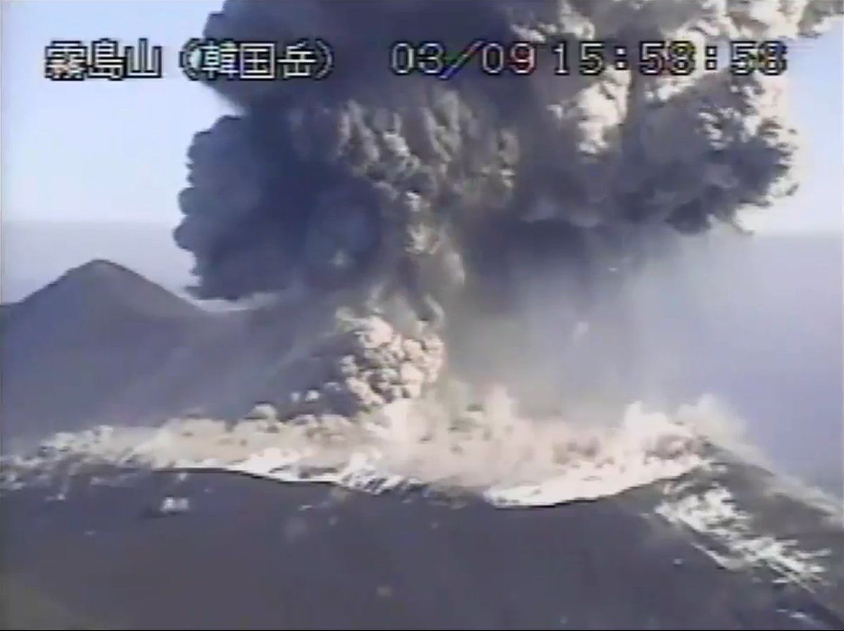 Shinmoedake - explosion and ashes on 09.03.2018 at 15h58 - 15h59 - live webcam