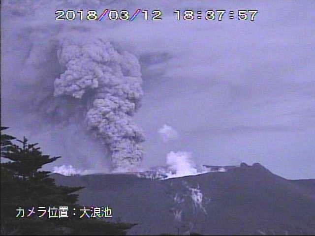 Shinmoedake - panache de cendres et gaz le 12.03.2018, respectivement à 12h59 et 18h37 - webcam JMA