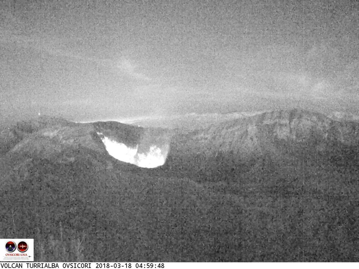 Turrialba - 18.03.2018 / 4:59 - night glow - webcam Ovsicori