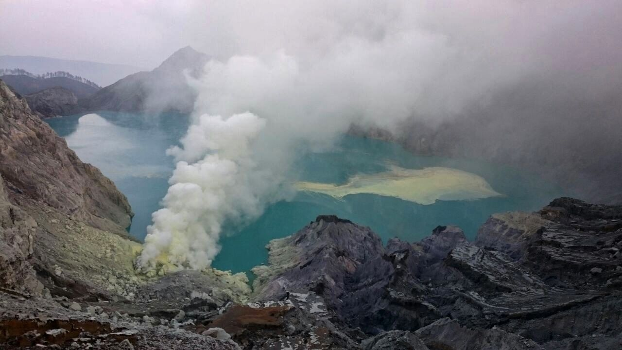 Kawah Ijen - 22.03.2018 / 5h36 WIB - emissions from the solfatare are white, thick, of medium pressure, to 100-200 meters high above the crater - photo PVMBG