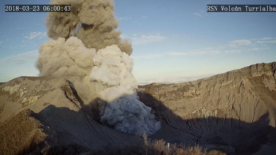 Turrialba - small eruption of 23.03.2018 and rapid change of colors of the plume, suggesting a stripping of the conduit - RSN webcam photos
