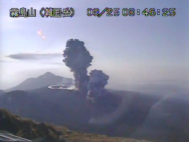 Shinmoedake - panaches éruptifs et co-pyroclastique du 25.03.2018 à 8h46 et 8h48 - webcam JMA