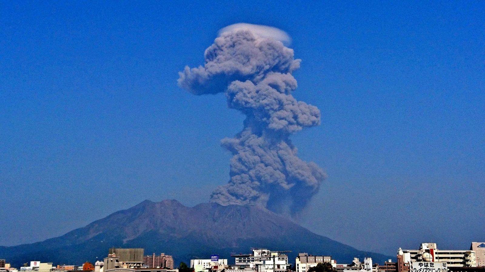 Sakurajima - eruption of 26.03.2018 / 15h40 - note the pileus surmounting the plume of ash - photo Manabu Ookubo via Facebook
