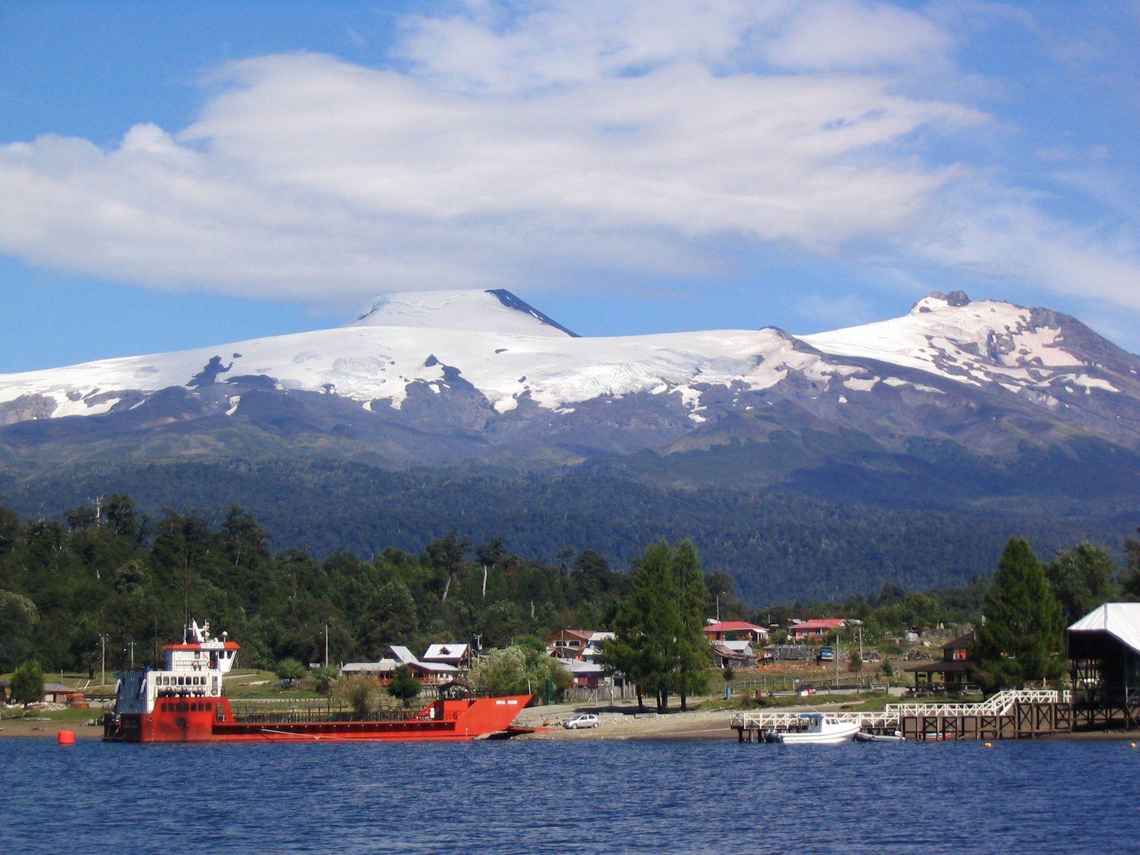 Mocho-Choshuenco complexe  - Volcán Mocho(à gauche), le Choshuenco (à droite) Puerto Fui et le Lago Pirihueico (en avant-plan). -  photo Avodrocc
