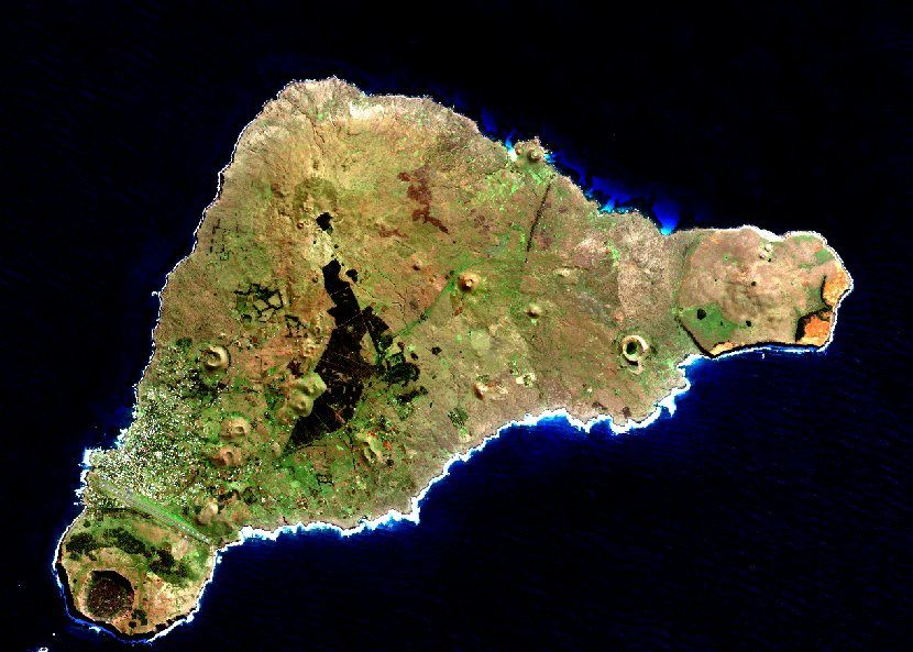 Ile de Pâques et sa douzaine de cônes et cratères - Easter island and his dozen of cones and craters - un clic pour agrandir / a click to enlarge - image Sentinel 2
