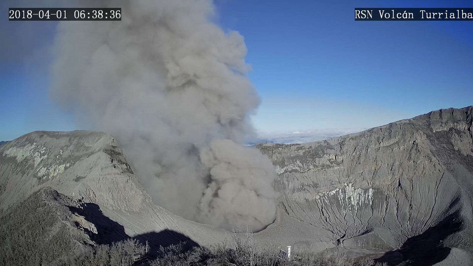 Turrialba - émission de cendres du 01.04.2018 / 6h38 - webcam RSN