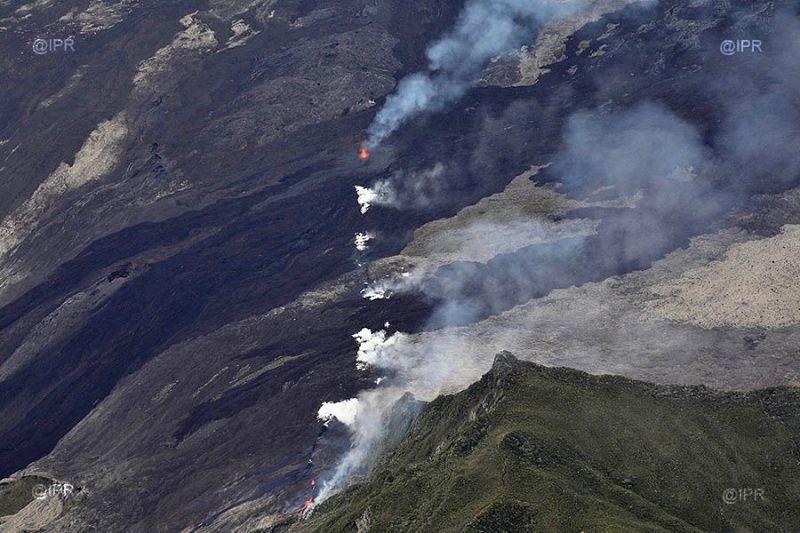 Piton de La Fournaise - le fissure éruptive et le cône entourant l'évent actif - photo IMAZPRESS 03.04.2018