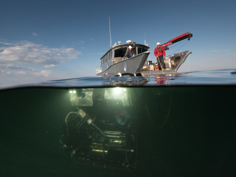 "The research vessel ""Annie"" and her ROV ""Yogi"", responsible for taking fluid and solid samples and the photo-photo report Linder / Woods Hole Oceanographic"