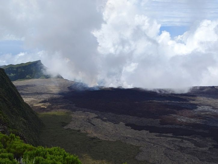 Piton de La Fournaise - Photograph of the eruptive site in the late morning (11h50) (© OVPF / IPGP)